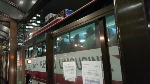 満員で出発したバス