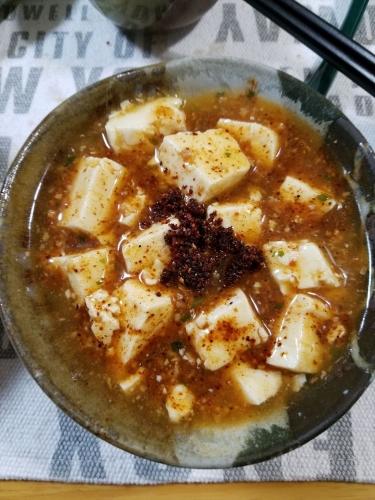 ラー粉をかけた麻婆豆腐